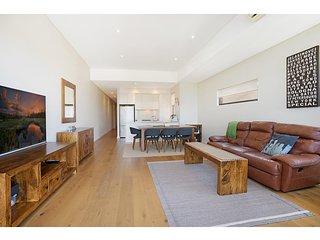 Quiet, sunny apartment close to beach and bush