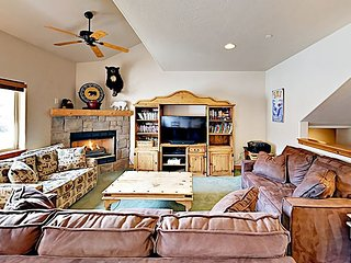 Spacious Townhouse w/ Private Hot Tub & Shared Pool -- Near Ski Resort!