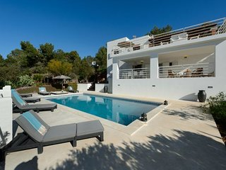 5 bedroom Villa with Air Con, WiFi and Walk to Beach & Shops - 5047852