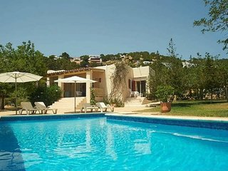 2 bedroom Villa with Pool, WiFi and Walk to Beach & Shops - 5626406