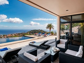 Fabulous villa, heated pool, games room, overlooking Funchal | Villa Luz