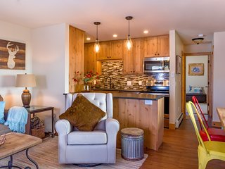 On The River Luxury Condominium Close to Town and RMNP Great Couples Getaway!