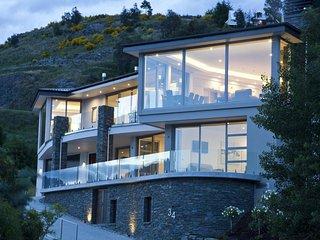 Luxury 4 Bedroom Villa with Majestic views of Lake Wakatipu, Villa Queenstown