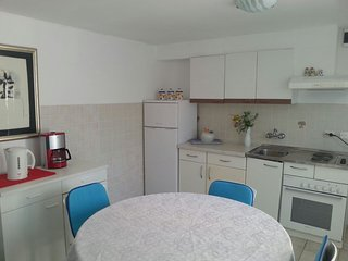 Basic Apartment Sleeps 8 with Air Con and WiFi - 5811351