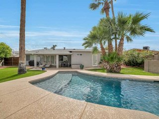 Private Pool, BBQ, & GOLF INCLUDED! Near Old Town Scottsdale & Giants Stadium!