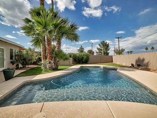 FREE GOLF & MORE! Private Pool, BBQ Grill + Minutes to Old Town Scottsdale, Golf