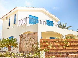 Coral Bay 4 Bedroom Villa - Prime Tourist Location - Near Sandy Beaches