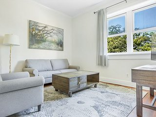 Stay with Lucky Savannah: Convenient one bedroom apartment on Bay Street!