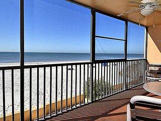 Villa Madeira 204 Beach Front/Walk to restaurants, shops, entertainment!