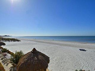 Villa Madeira 206 Beautiful updates/Beach front/Walk to all the activities!