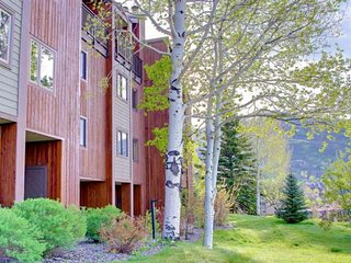 Ski Season Sale! Amazing Location! Steps 2 Ski/Bus/Pool/Hot Tub, Kitchen, Free S
