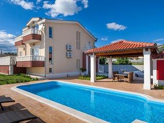 Villa Suker Jacuzzi, Pool, 5 Bedrooms, close to the sea, max. 12 person