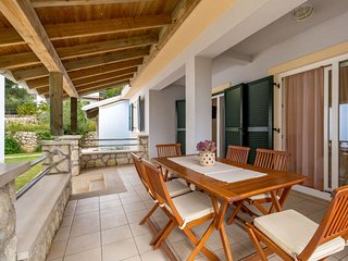 2 bedroom Villa with Air Con, WiFi and Walk to Beach & Shops - 5053219