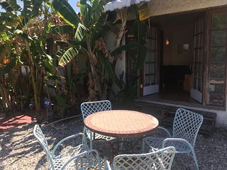 Sunny house with a private yard by Melrose Avenue in West Hollywood!