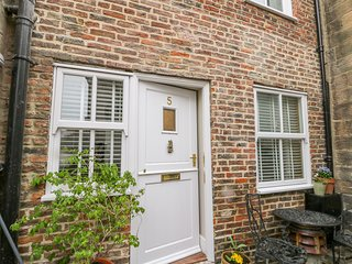 5 OYSTONS YARD, pet-friendly, WiFi, in Whitby