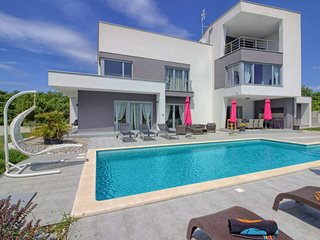 4 bedroom Villa with Pool, Air Con, WiFi and Walk to Shops - 5787587
