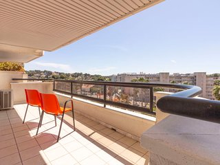 2 bedroom Apartment with Pool, Air Con and Walk to Beach & Shops - 5044105