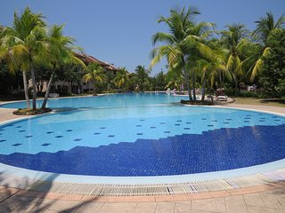Sunset Island Apartment - sleeps 4, great pool, secure complex, amenities nearby