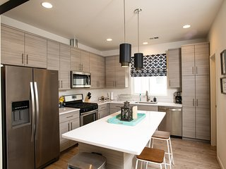 ★DOWNTOWN★Modern★Townhouse ★Sleeps 11★