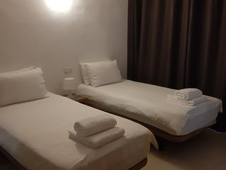 Private en Suite Twin Room, Centre of La Cala,100m from Beach - TV, WIFI, Fridge