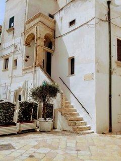 vista della facciata e ingresso