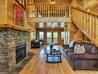NEW! Cabin w/ Hot Tub & Deck - 5 Mins to Dollywood
