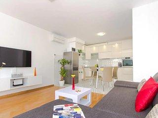 Apartment Luxanni near sandy beach 2+2
