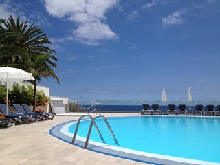Sunny and central apartment with pool & sea view