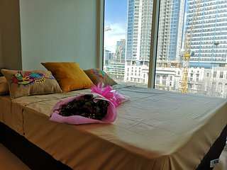1BR apartment, bright open space, free wifi, cable TV, good for 6pax, Uptown BGC