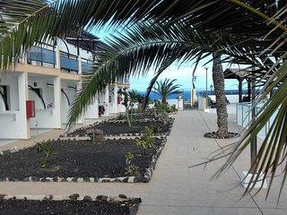 Apartamento frente a la piscina y vistas al mar.