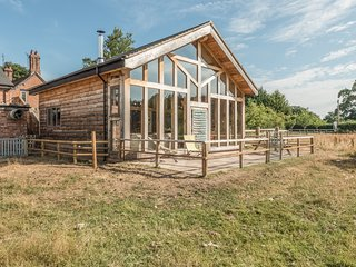 THE TRACTOR SHED, luxurious barn conversion, woodburning stove, countryside