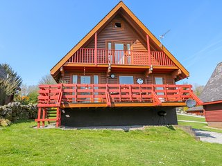 THISTLE DUBH, wooden lodge, en-suite, balcony, pets welcome, WiFi, near walks