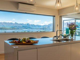 Movie room, sauna, spa pool and amazing views of the lake & mountains
