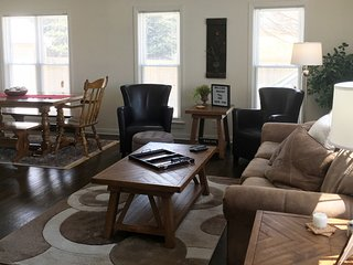 Estate Living! Great Lakes Naval Grad - Sleeps 10