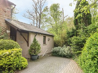 DOE FOOT COTTAGE, breakfast bar, en-suite bedroom, beautiful garden, in