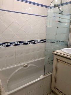 Salle de bain et sa baignoire