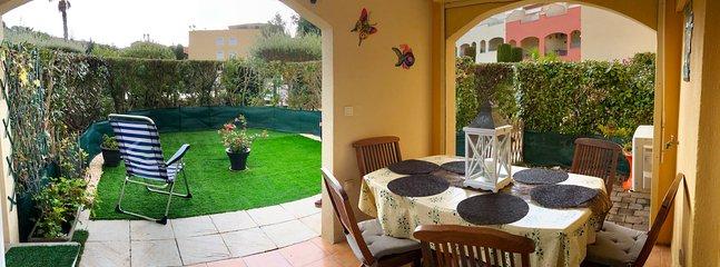 Terrasse et jardinet en vue panoramique