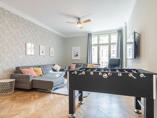 Luxury Newly Renovated Apartment with Foosball for 10 people by easyBNB