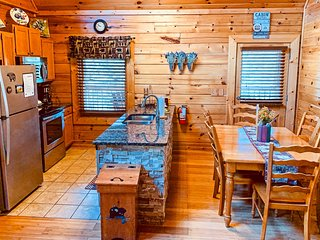 Sevierville Cabin w/Deck & Hot Tub-10 Min to DT!