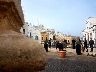 Uno scorcio della piazza centrale di Ostuni