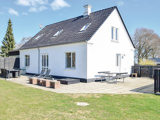 Stunning home in Børkop w/ WiFi and 4 Bedrooms