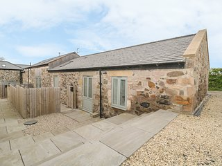 THE COACH HOUSE, en-suite, flexible sleeping, woodburner, parking, Belford Ref