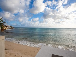 BEAU RIVAGE... Comfortable home on Burgeoux Bay beach, walk to Maho or Simpson B