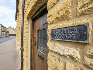 JAPONICA COTTAGE, Pet-friendly, WiFi, Bourton on the Water