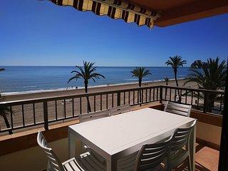 Ref 64.- 1a linea de playa y con vistas al mar, wifi, A/A, parking, piscinas.