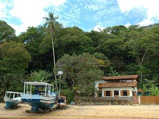 Linda Villa com tres quartos, estilo casa de pescador, no pe da areia da praia d