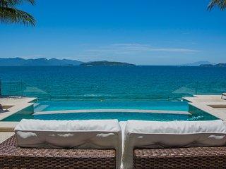 Linda villa com praia exclusiva, sete suítes em condomínio AR012