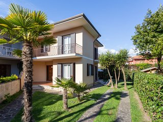 4 bedroom Villa with WiFi and Walk to Beach & Shops - 5055110