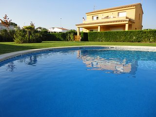 House in L'Escala (Costa Brava) fully equipped with pool near the beach