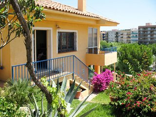 3 bedroom Villa with Pool, WiFi and Walk to Beach & Shops - 5789577